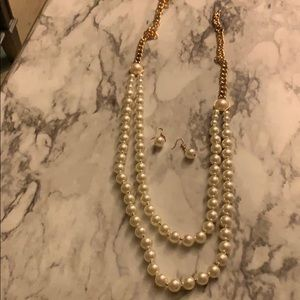 Women's pearl necklace set..